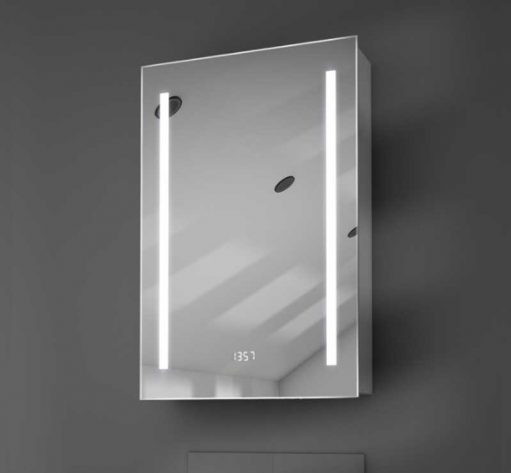 Strakke badkamerspiegelkast met verlichting, digitale klok en spiegelverwarming