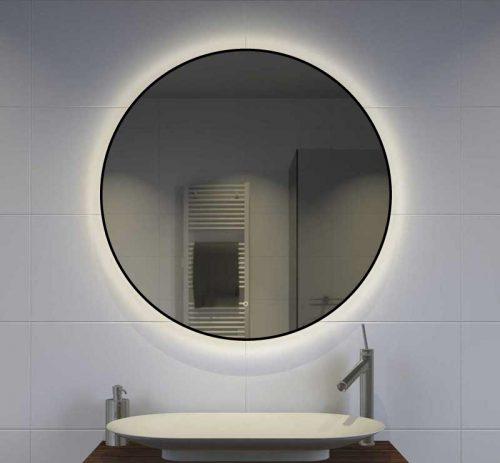 Zwarte spiegel met indirecte verlichting over de wand